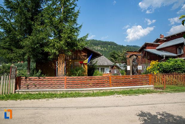 gard-din-lemn-muzeul-de-arta-etnografica-ioan-gramada-din-campulung-moldovenesc-judetul-suceava.jpg