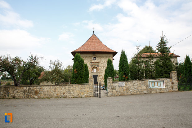 gard-din-piatra-biserica-sf-treime-1352-din-siret-judetul-suceava.jpg