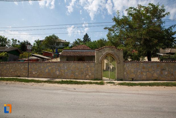 gard-din-piatra-mormantul-lui-sari-saltuk-baba-dede-din-babadag-judetul-tulcea.jpg