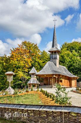 gard-si-curte-biserica-de-lemn-din-luna-ses.jpg