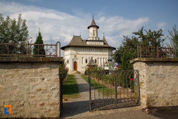 gard-si-poarta-de-la-biserica-nasterea-sf-ioan-botezatorul-din-suceava-judetul-suceava.jpg