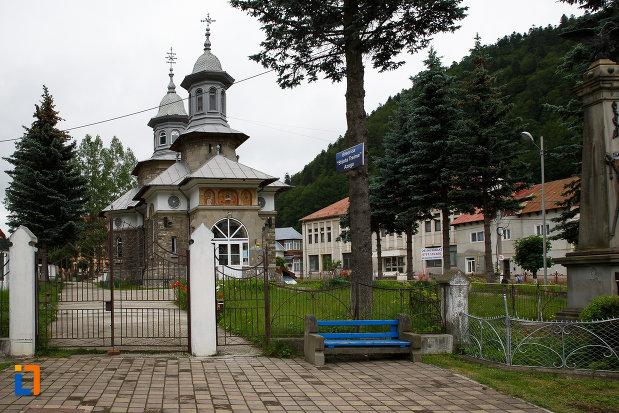 gard-si-poarta-de-la-biserica-ortodoxa-sf-treime-din-azuga-judetul-prahova.jpg