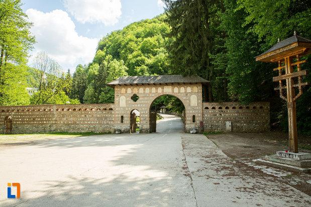 gard-si-poarta-de-la-manastirea-tismana-judetul-gorj.jpg