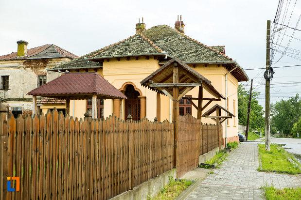 gard-si-poarta-de-la-muzeul-campiei-bailestilor-din-bailesti-judetul-dolj.jpg