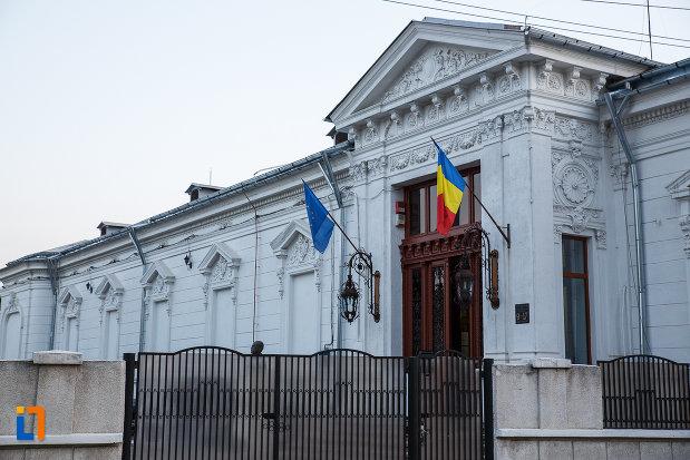 gard-si-steaguri-de-la-muzeul-national-al-petrolului-din-ploiesti-judetul-prahova.jpg