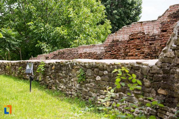 gard-si-zid-de-la-complexul-monumental-curtea-domneasca-din-targoviste-judetul-dambovita.jpg