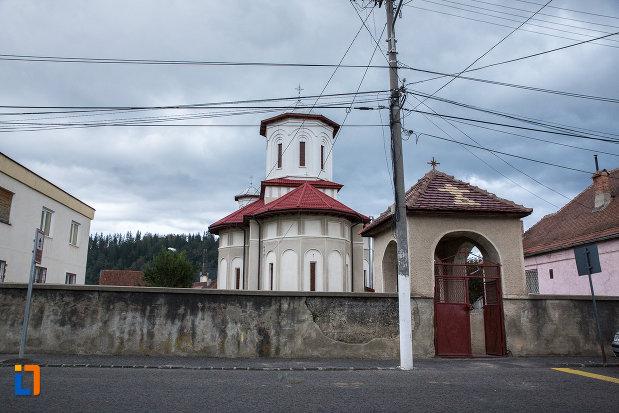 gard-su-poarta-de-la-biserica-sf-arhangheli-mihail-si-gavril-din-zarnesti-judetul-brasov.jpg