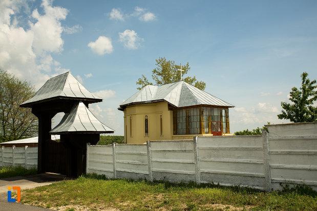gardul-de-la-biserica-cuvioasa-paraschiva-din-ruscior-judetul-olt.jpg