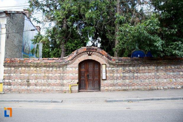 gardul-de-la-biserica-sf-treime-bestelei-din-pitesti-judetul-arges.jpg