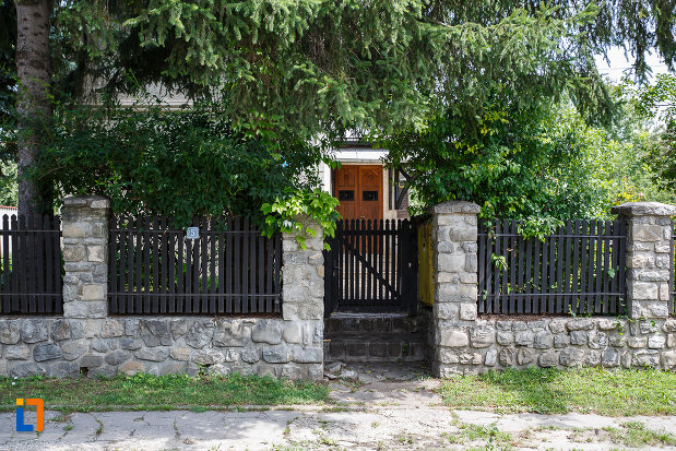 gardul-de-la-casa-ion-manolescu-din-breaza-judetul-prahova.jpg