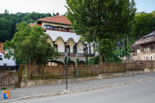 gardul-de-la-muzeul-memorial-cezar-petrescu-din-busteni-judetul-prahova.jpg