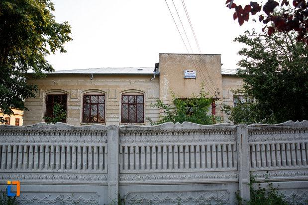 gardul-de-la-scoala-veche-azi-scoala-al-deparateanu-1892-din-rosiorii-de-vede-judetul-teleorman.jpg