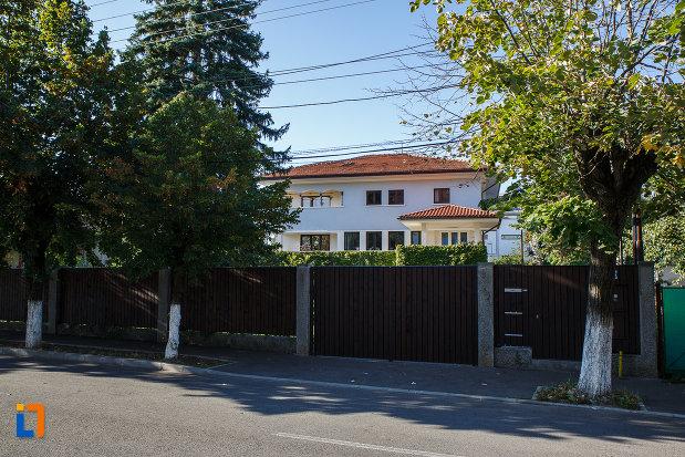 gardul-de-la-vila-steensballe-otto-ulterior-sediul-primariei-azi-locuinta-din-campina-judetul-prahova.jpg