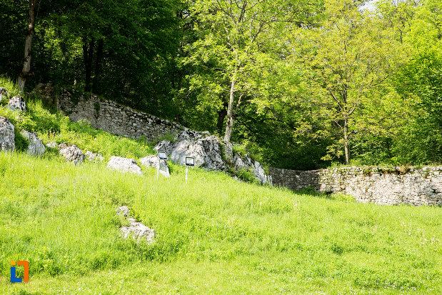 gardul-din-jurul-manastirii-sf-voievozi-din-baia-de-arama-judetul-mehedinti.jpg