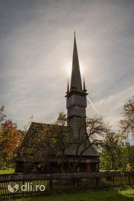 gardul-si-biserica-de-lemn-sfintii-arhangheli-mihail-si-gavril-din-surdesti-judetul-maramures.jpg