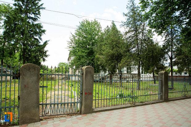 gardul-si-curtea-de-la-casa-jean-koppethki-din-tecuci-judetul-galati.jpg