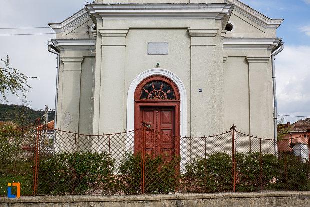 gardul-si-intrarea-in-biserica-reformata-din-hateg-judetul-hunedoara.jpg