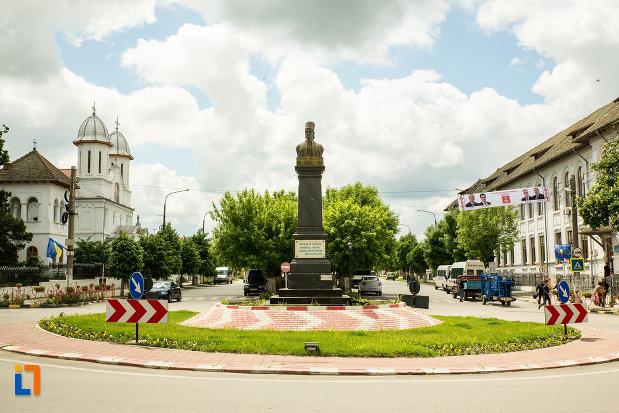giratoriu-cu-statuia-lui-tudor-vladimirescu-din-calafat-judetul-dolj.jpg