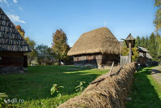 gospodarie-maramureseana-muzeul-satului-din-sighetu-marmatiei-judetul-maramures.jpg