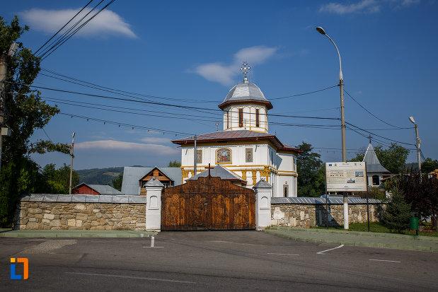 grad-din-piatra-si-poarta-de-la-biserica-adormirea-maicii-domnului-a-fostei-manastiri-valeni-1680-din-valenii-de-munte-judetul-prahova.jpg