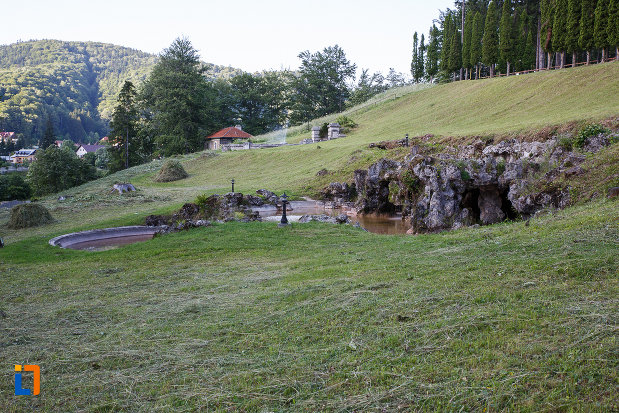 gradina-de-la-castelul-cantacuzino-din-busteni-judetul-prahova.jpg