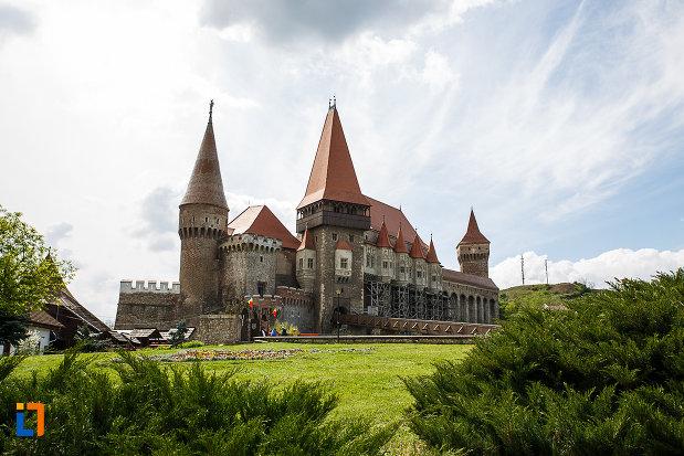 gradina-de-la-castelul-corvinilor-azi-muzeu-din-hunedoara-judetul-hunedoara.jpg