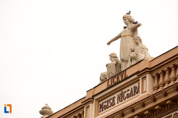 grup-de-statui-pe-cladirea-colegiului-national-moise-nicoara-din-arad-judetul-arad.jpg