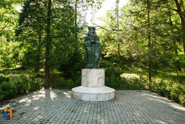 grup-statuar-aflat-in-parcul-central-balnear-din-baile-govora-judetul-valcea.jpg
