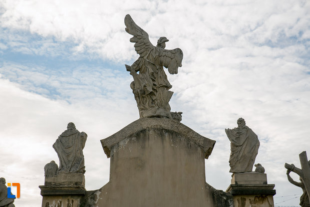 grup-statuar-vazut-din-spate-biserica-romano-catolica-sf-pertu-din-cluj-napoca-judetul-cluj.jpg