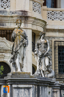 grup-statuar-vizibil-in-curtea-castelului-peles-din-sinaia-judetul-prahova.jpg