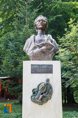 grupul-statuar-din-vatra-dornei-judetul-suceava-bustul-marelui-poet-national.jpg