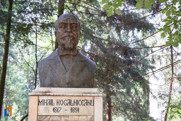 grupul-statuar-din-vatra-dornei-judetul-suceava-imagine-cu-bustul-lui-kogalniceanu.jpg