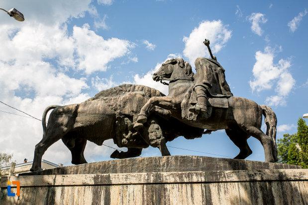 grupul-statuar-dragos-voda-si-zimbrul-din-campulung-moldovenesc-judetul-suceava.jpg