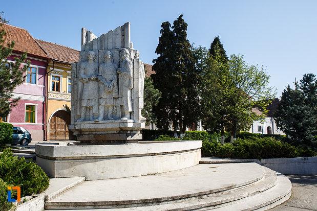 grupul-statuar-palia-din-orastie-judetul-hunedoara-fotografiat-dintr-o-parte.jpg