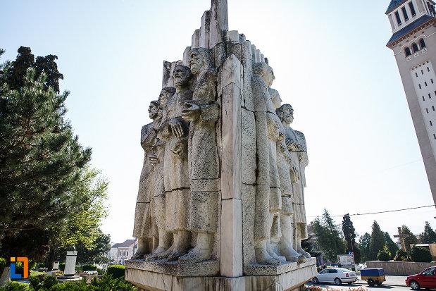 grupul-statuar-palia-din-orastie-judetul-hunedoara-vazut-din-lateral.jpg