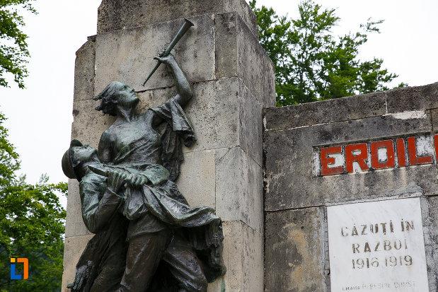 grupul-statuar-stang-monumentul-eroilor-din-azuga-judetul-prahova.jpg