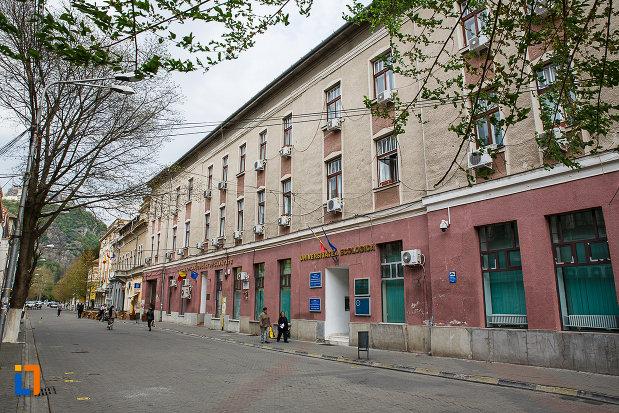 hotel-bulevard-azi-cas-si-universitatea-ecologica-traian-din-deva-judetul-hunedoara-monument-de-arhitectura.jpg