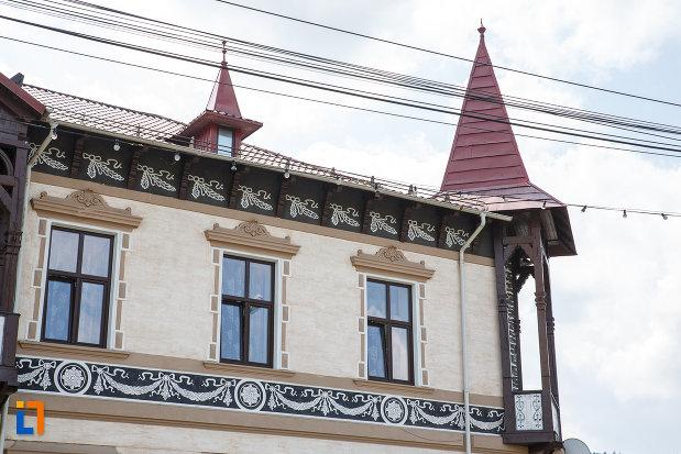 hotelul-carol-fosta-vila-1-1896-din-vatra-dornei-judetul-suceava-ferestre-si-motive-decorative.jpg