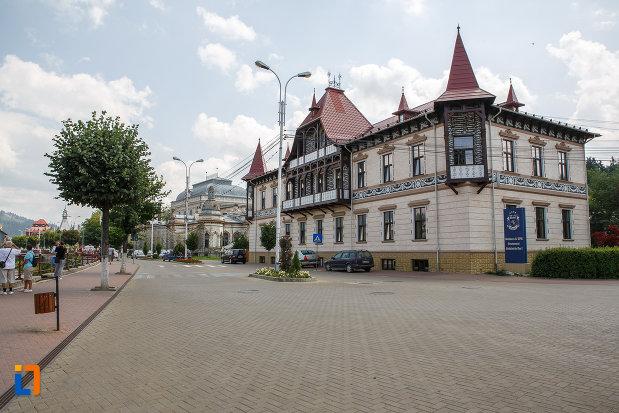 hotelul-carol-fosta-vila-1-1896-din-vatra-dornei-judetul-suceava-vazut-din-departare.jpg