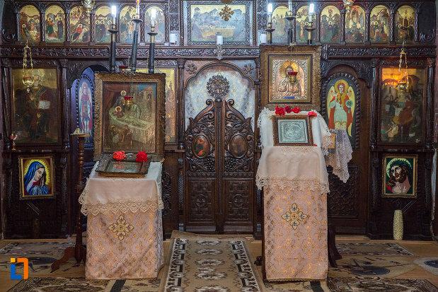 icoane-expuse-in-biserica-nasterea-maicii-domnului-din-zarnesti-judetul-brasov.jpg