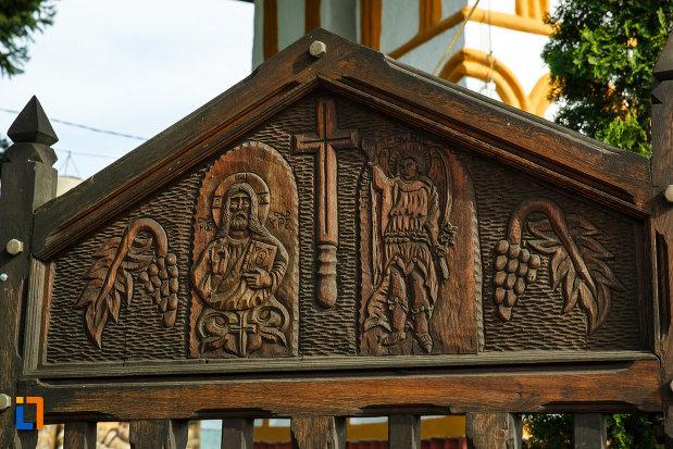 icoane-sculptate-in-lemn-biserica-sf-voievozi-biserica-din-deal-din-calimanesti-judetul-valcea.jpg