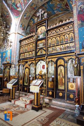 iconostas-din-biserica-ortodaxa-sf-gheorghe-din-mangalia-judetul-constanta.jpg