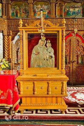 iconostas-din-lemn-din-manastirea-sfintii-apostoli-petru-si-pavel-din-bixad-judetul-satu-mare.jpg