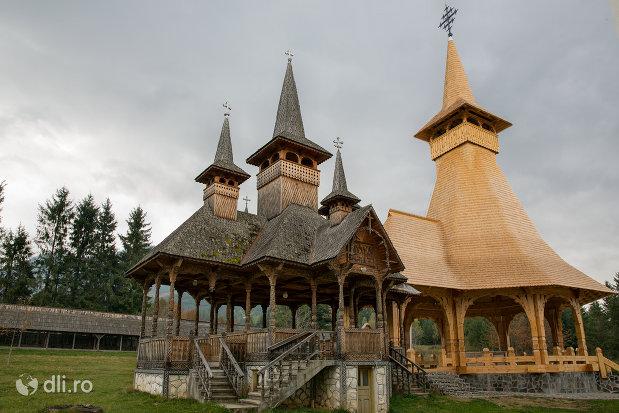 imagine-cu-altarele-din-curtea-manastirii-adormirea-maicii-domnului-din-moisei-judetul-maramures.jpg