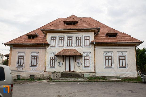 imagine-cu-baia-comunala-azi-centrul-cultural-din-fagaras-judetul-brasov.jpg