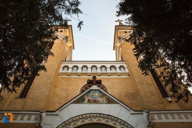 imagine-cu-biserica-cu-doua-turnuri-din-arad-judetul-arad.jpg