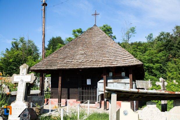 imagine-cu-biserica-de-lemn-din-costesti-judetul-arges.jpg
