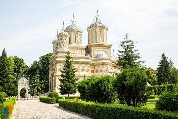 imagine-cu-biserica-episcopala-manastirea-curtea-de-arges-judetul-arges.jpg