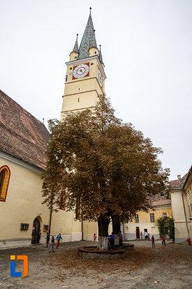 imagine-cu-biserica-evanghelica-sf-margareta-si-turnul-trompetilor-1488-din-medias-judetul-sibiu.jpg