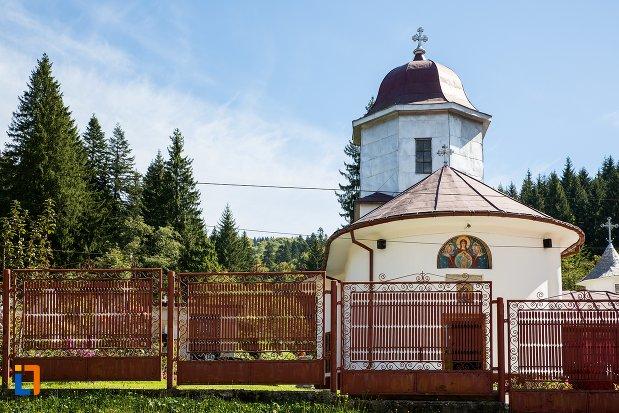 imagine-cu-biserica-nasterea-maicii-domnului-1835-din-predeal-judetul-brasov.jpg